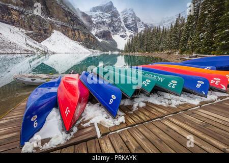 Moraine Lake ist ein Eiszeitlich fed Lake im Banff National Park, 14 km (8,7 mi) außerhalb der Ortschaft Lake Louise, Alberta, Kanada. Stockfoto