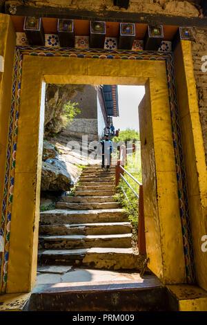 Eine reich verzierte Gelbe gate am Eingang des Tigers Nest in der Stadt Paro in Bhutan