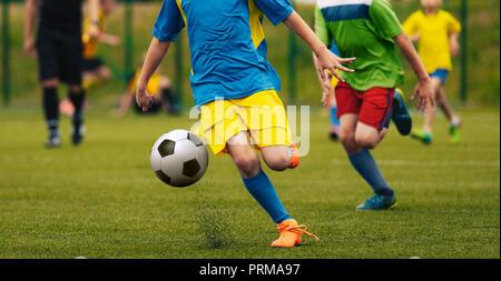 Kinder Spielen Fussball Fussball Spiel Streut Unscharfe