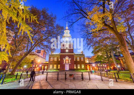Philadelphia, Pennsylvania, USA auf der Independence Hall, in der Dämmerung im Herbst Saison. - Stockfoto