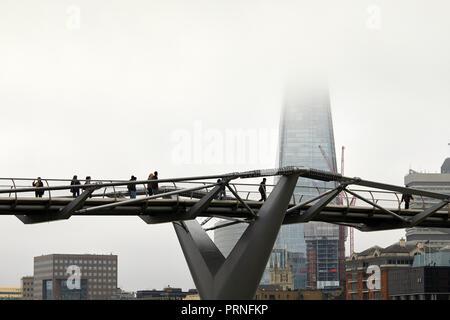 London, Großbritannien. 4. Oktober 2018. Menschen über die Millennium Bridge vor einem Nebel Shard. Credit: Kevin Frost-/Alamy leben Nachrichten - Stockfoto