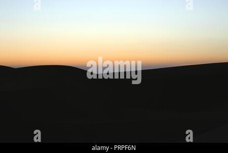 Schönen Sonnenaufgang in den Dünen von Maspalomas, Kanarische Inseln, am frühen Morgen, - Stockfoto