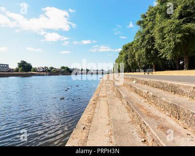 Auf der Suche nach Victoria Embankment, auf dem Fluss Trent in Richtung Wilford Brücke - Stockfoto