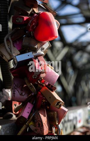 Liebe Locks auf die Hohenzollern Brücke, Köln, Nordrhein-Westfalen, Deutschland - Stockfoto