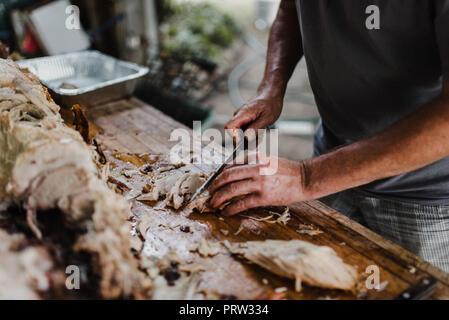 Man schneiden Schwein braten auf den Tisch, 7/8 - Stockfoto