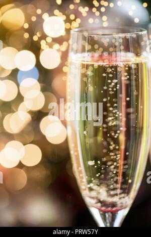 Zwei Champagnergläser auf Weihnachten Hintergrund mit Xmas Tree - Stockfoto
