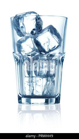 Eiswürfel im Glas auf weißem Hintergrund - Stockfoto