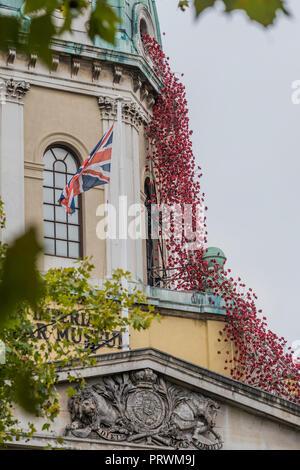 London, Großbritannien. 4. Okt 2018. Weinende Fenster durch Künstler Paul Cummins und Designer Tom Piper am IWM in London. Dies ist die letzte Präsentation im Rahmen von 14-18 JETZT UK-Tour der Mohn, und die Skulptur wird vor Ort bis 18. November 2018. Es ist das erste Mal, wenn es in die Hauptstadt zurückgekehrt ist, denn sie ist Teil des 'Blut gefegt war, Länder und Meere von Red' an der Tower von London im Jahr 2014 und stellt den Höhepunkt der Mohnblumen tour. Credit: Guy Bell/Alamy leben Nachrichten - Stockfoto