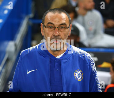 London, Großbritannien. 4. Oktober 2018. Chelsea Manager Maurizio Sarri während UAFA Europa League Gruppe L zwischen Chelsea und MOL Vidia Stadion an der Stamford Bridge, London, England am 04. Okt 2018. Credit: Aktion Foto Sport/Alamy leben Nachrichten - Stockfoto