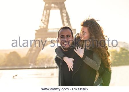 Mann geben Huckepack Fahrt zu seiner Freundin - Stockfoto