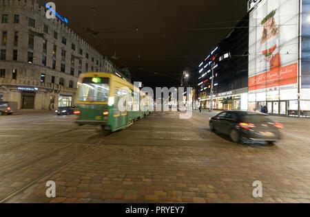 HELSINKI, Finnland - 14. Dezember 2016: Winter abend Ansicht mit Weihnachten Beleuchtung und im Marktgebiet in Helsinki. - Stockfoto