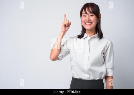 Porträt der schönen asiatischen Geschäftsfrau vor weißem Hintergrund - Stockfoto