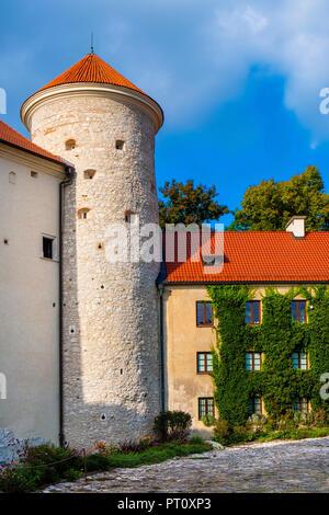 Pieskowa Skala, weniger Polen/Polen - 2018/09/09: Innenhof und gotischen Turm des historischen Schloss Pieskowa Skala durch die pradnik Fluss in den Abl. - Stockfoto