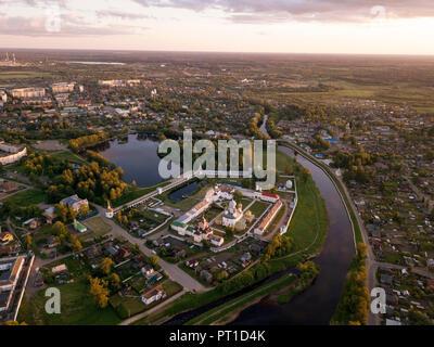 Russland, Leningrad Oblast, Luftaufnahme von Tichwin, Uspenski Kathedrale im Abendlicht