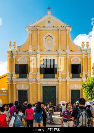 Macau, China - Juli 11, 2014: Viele Touristen stehen vor dem berühmten St. Dominic's Kirche, einer späten 16. Jahrhundert im Stil des Barock Kirche... - Stockfoto