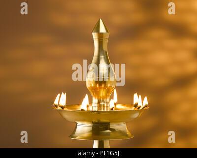 Noch immer leben AUS MESSING DEKORATIVE LAMPEN IN RELIGIÖSEN UND FESTE IN INDIEN VERWENDET - Stockfoto