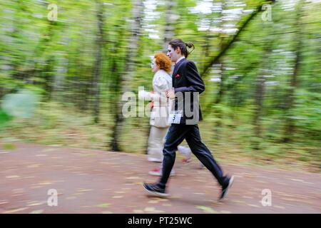 Moskau, Russland. Vom 6. Oktober 2018. Superhelden Rennen war in Sokolniki Park in Moskau statt. Mehr als 200 Personen gekleidet, wie Comics Superhelden im Park für 5 km Kredit ausgeführt haben: Marco Ciccolella/Alamy leben Nachrichten - Stockfoto