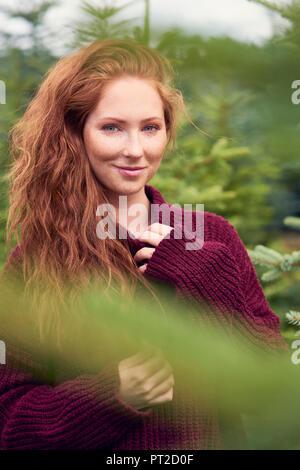 Portrait von lächelnden rothaarige junge Frau in der Natur - Stockfoto
