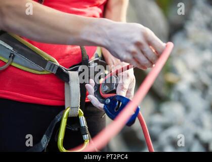 Kletterausrüstung Englisch : Erfahrene kletterer vorbereitung zu klettern die einrichtung eines