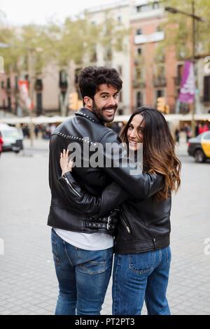 Spanien, Barcelona, junges Paar umarmen und zu Fuß in die Stadt - Stockfoto