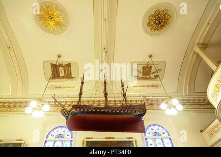 QUEBEC CITY, Kanada - 21 Aug, 2012: eine Replik des historischen Schiffes Brézé suspendiert von der Decke der berühmten Notre-Dame-des-Victoires (Unsere Dame - Stockfoto