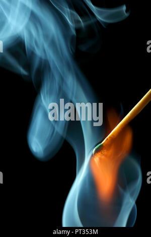 Feuer und Rauch von einem Streichholz, durch Blitz von der Seite beleuchtet, - Stockfoto