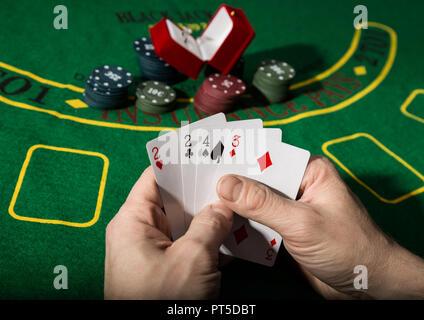 Gewinnende Kombination im Poker Spiel. Karten und Chips auf ein grünes Tuch. - Stockfoto