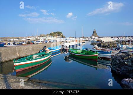 Hafen von Fischerdorf Aci Trezza, hinter der Zyklop Inseln, Gemeinde Aci Castello, Catania, Sizilien, Italien - Stockfoto