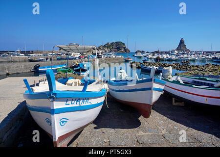 Fischerboote im Hafen von Fischerdorf Aci Trezza, hinter der Zyklop Inseln, Gemeinde Aci Castello, Catania, Sizilien, Italien - Stockfoto
