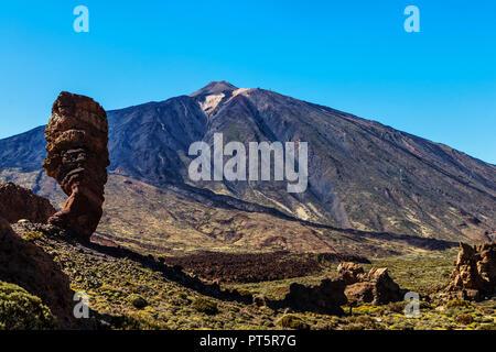 Steinsäulen Roques de Garcia vor dem Vulkan Teide auf Teneriffa - Spanien. - Stockfoto