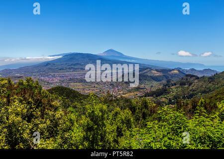 Herrliche Aussicht vom Mirador Cruz del Carmen auf den Vulkan Teide auf Teneriffa - Spanien. - Stockfoto