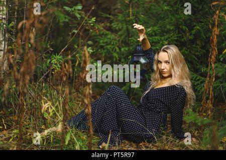 Blondine in den Wald. In den Händen eines Mädchen, dass eine vintage Laterne - Stockfoto
