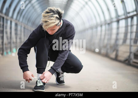 Ein Mann in Sportkleidung im Freien - Stockfoto