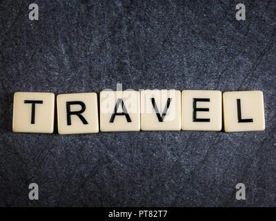 Schreiben Fliesen auf schwarzem Schiefer Hintergrund Rechtschreibung Reisen - Stockfoto