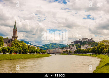 Berühmten klassischen Blick auf die historische Altstadt von Salzburg mit Festung Hohensalzburg. Blick auf Salzburg über Salzach an einem sonnigen Tag. Salzburg, Austr - Stockfoto