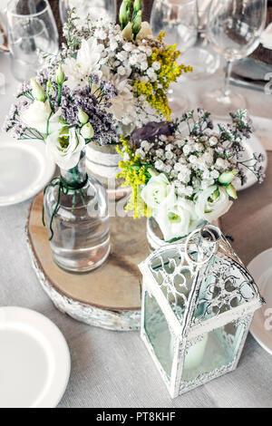 Rustikale romantische Pastell Blumenschmuck Dekoration Detail auf Hochzeit Tabelle - Stockfoto