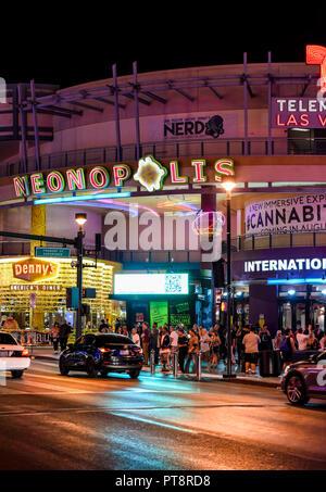 Die neonopolis vorderen Eingang bei Nacht auf der Fremont Street, Las Vegas, Nevada - Stockfoto