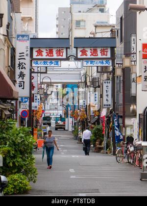 Tokio, Japan, Sept. 11, 2018 - unbekannter Menschen auf engen Straße im alten Stadtteil Asakusa in Tokio. - Stockfoto