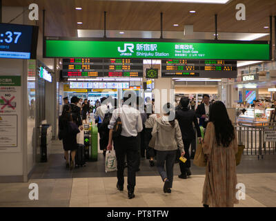Tokio, Japan. September 2018 - Passagiere Halle in JR Shinjuku Station, ist der wichtigste Verkehrsknotenpunkt für die Eisenbahn trafficin Tokio und ist damit bei Weitem der wor - Stockfoto