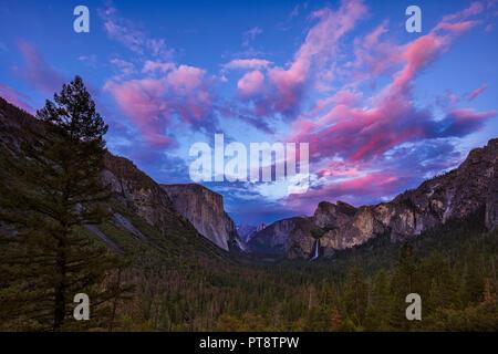 Kurz nach Sonnenuntergang am Tunnel View im Yosemite National Park