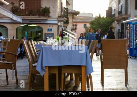 ALCUDIA, MALLORCA, SPANIEN - Oktober 2., 2018: Restaurants Tische für ein Abendessen in der Altstadt von Alcudia eingestellt - Stockfoto