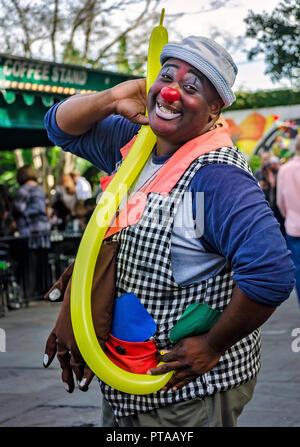 Eine Street Performer stellt für ein Bild außerhalb Cafe Du Monde, 11. November 2015 in New Orleans, Louisiana. (Foto von Carmen K. Sisson/Cloudybright) - Stockfoto