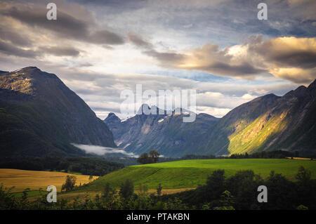 Morgen Licht in Romsdalen Tal von Mjelva Camping, Norwegen gesehen. - Stockfoto
