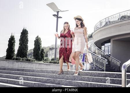 Gerne freuen Frauen treffen in der Stadt - Stockfoto