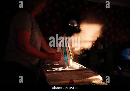 Frau mit einem Russell Hobbs Dampf Bügeleisen - Stockfoto