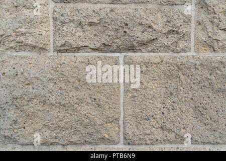 Nahaufnahme auf rauen rechteckigen Stein Steine in verschiedenen Größen in der Wand von hellen, weißen Fugen angeschlossen - Stockfoto
