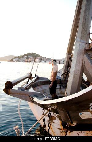 Tribunj, Kroatien - August, 24, 2018: Fischer, stehend auf einem vorderen Deck eines günstig Trawler Yacht und Abstand - Stockfoto