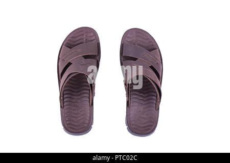 Mens Sommer braun Leder Sandalen an den Füßen auf weißem Hintergrund ... ee5432a996