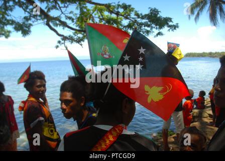 Die Menschen feiern Papua-neuguinea nationalen Tag an Tusbab Strand, Madang, PNG. - Stockfoto