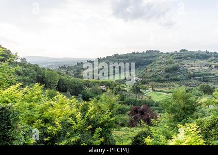 Landschaft Umbriens in Chiusi, Italien in der Nähe der Toskana mit grünen Hügeln, Häuser und Farmen bei Sonnenuntergang Landschaft, idyllische malerische Olivenhaine - Stockfoto